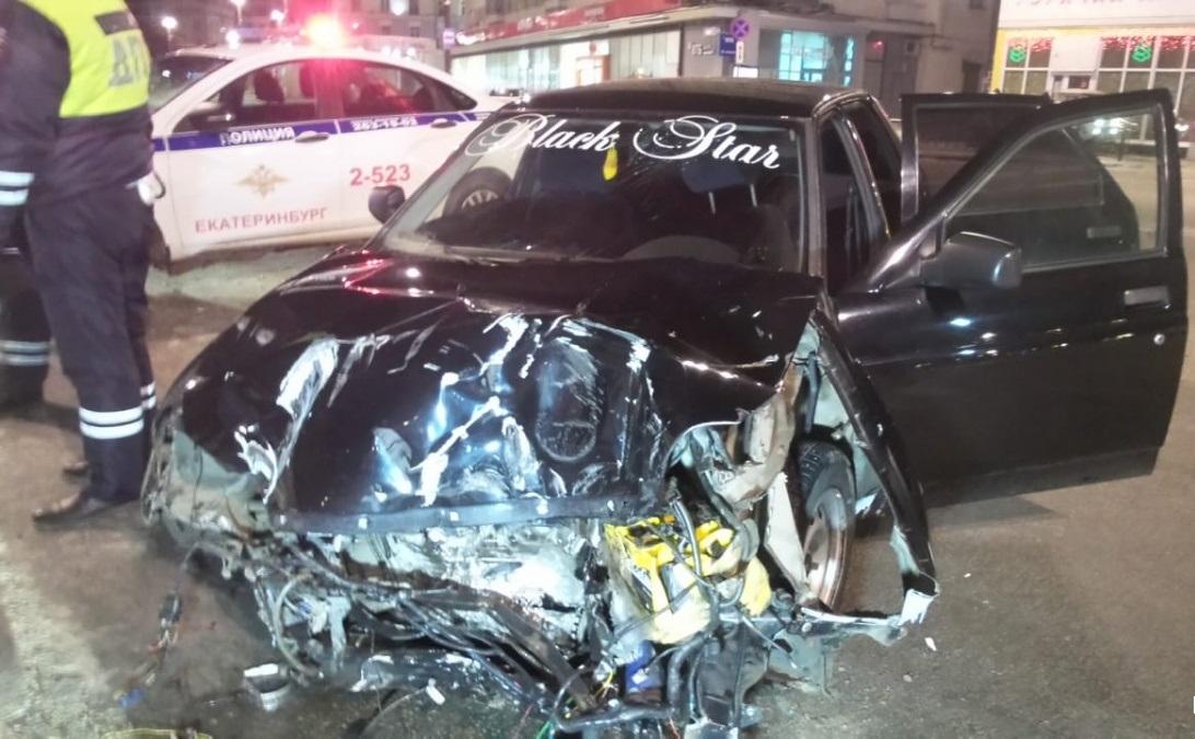 В Екатеринбурге на улице Свердлова девушка на Lada Priora снесла дорожное ограждение