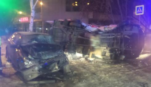 Минувшей ночью в Екатеринбурге водитель, скрываясь от сотрудников ДПС, протаранил машину скорой помощи