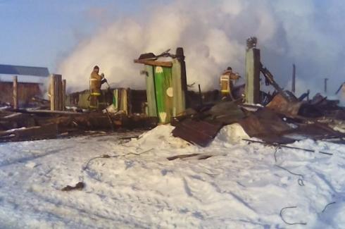 В Свердловской области родились споры о сгоревшем доме Бориса Ельцина. Одни предлагают разобрать пепелище на дрова, другие – за восстановление