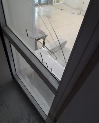 В скандально известном мебельном ТЦ ЭМА неизвестные ночью распылили пену из огнетушителей на новую мебель