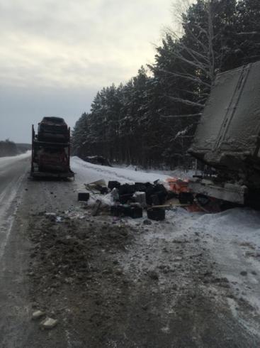 Молочная авария: на трассе Екатеринбург - Тюмень грузовик с молоком влетел в автовоз