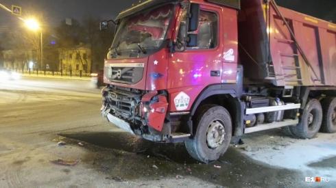 Водителя вытаскивали: в Екатеринбурге самосвал снёс легковушку