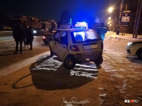 Женщина вылетела из автомобиля: в Екатеринбурге на Эльмаше произошло ДТП