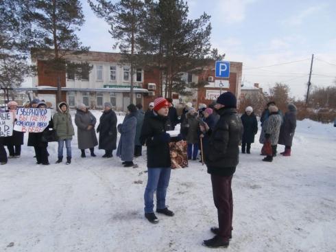 В свердловском поселке жители потребовали отставки главы и наказания для коммунальщиков