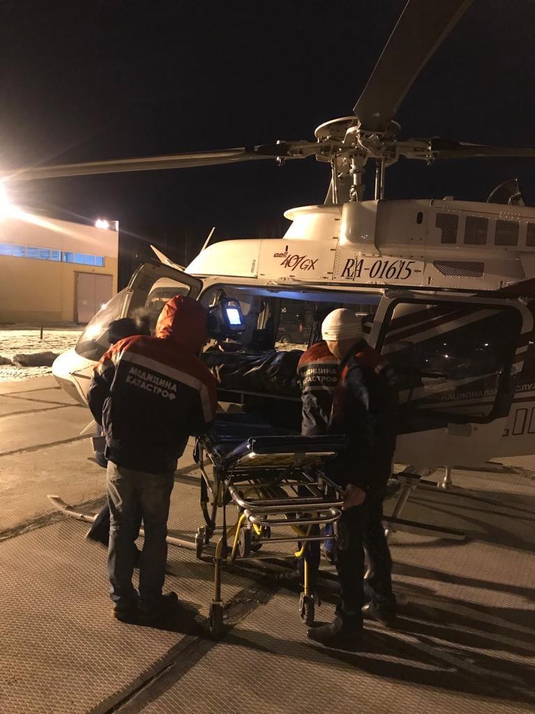 На вертолёте доставили в больницу Екатеринбурга: в Свердловской области на девочку упало стекло