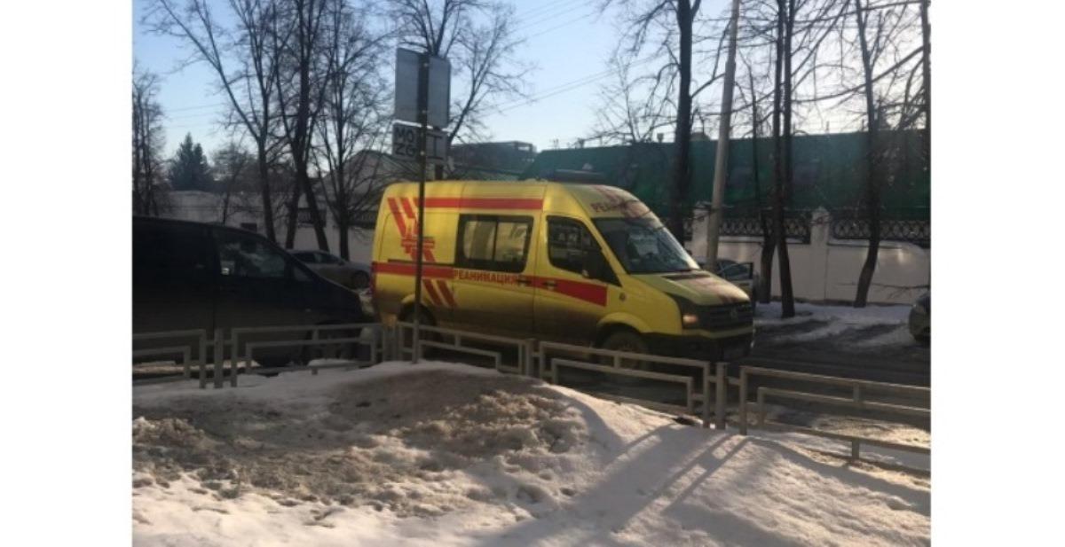 В Екатеринбурге сошедший с крыши ледяной оползень накрыл беременную женщину