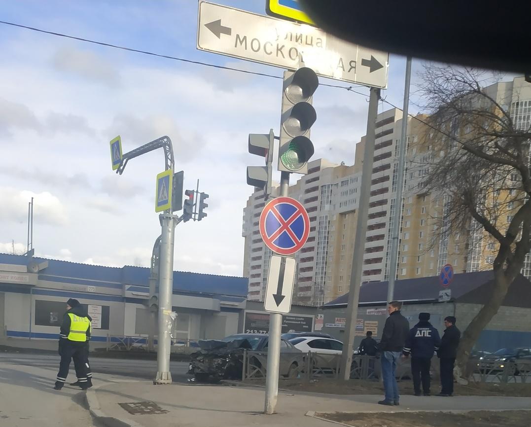 На улице Московской в Екатеринбурге в лобовом столкновении сошлись Mitsubishi и Audi