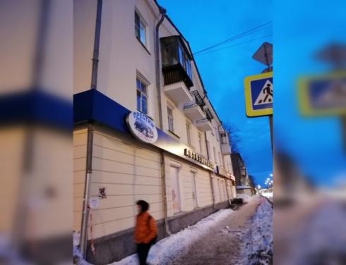 Коляска сломалась, ребёнок упал на асфальт: в Екатеринбурге на маму с малышом с крыши упал лёд