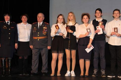В честь 8 Марта олимпийская чемпионка вручила первые паспорта 22 школьникам в Екатеринбурге