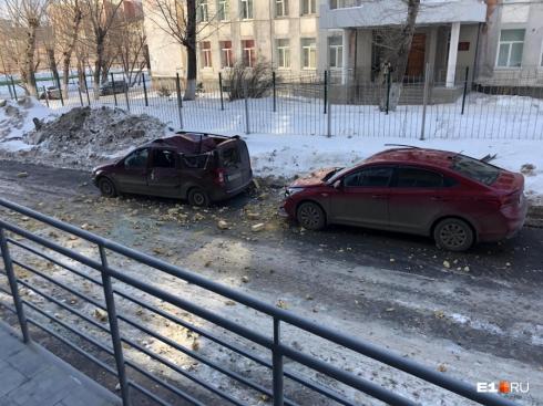 На улице Юмашева обрушилась часть кирпичной стены фасада дома