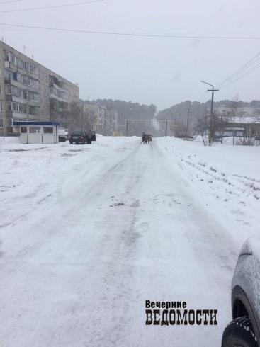 Свердловский «город-сугроб» завалило снегом. Жители надеются только на губернатора