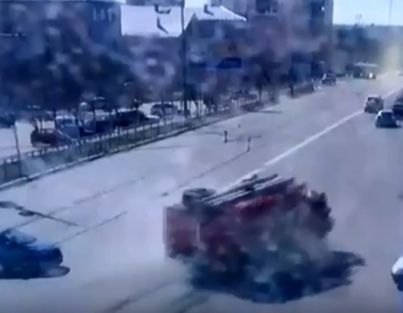 В Оренбурге пожарная машина раздавила легковой автомобиль. ДТП попало на видео
