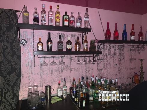В Екатеринбурге напротив здания Генпрокуратуры по УрФО изъяли алкоголь из кальянной