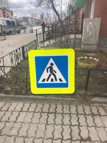В Екатеринбурге на мальчика упал дорожный знак