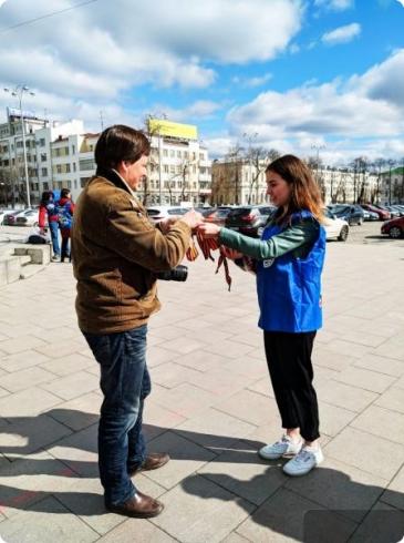 В Екатеринбурге начали раздавать Георгиевские ленты