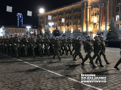 Первая в году: в Екатеринбурге прошла репетиция парада Победы с участием военной техники