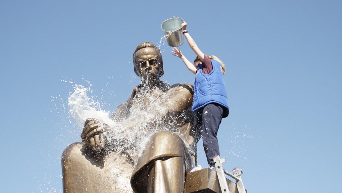 В День радио студенты помыли памятник Попову в Екатеринбурге