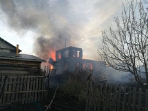 В Кургане сгорел двухэтажный дом из-за беспечности соседа