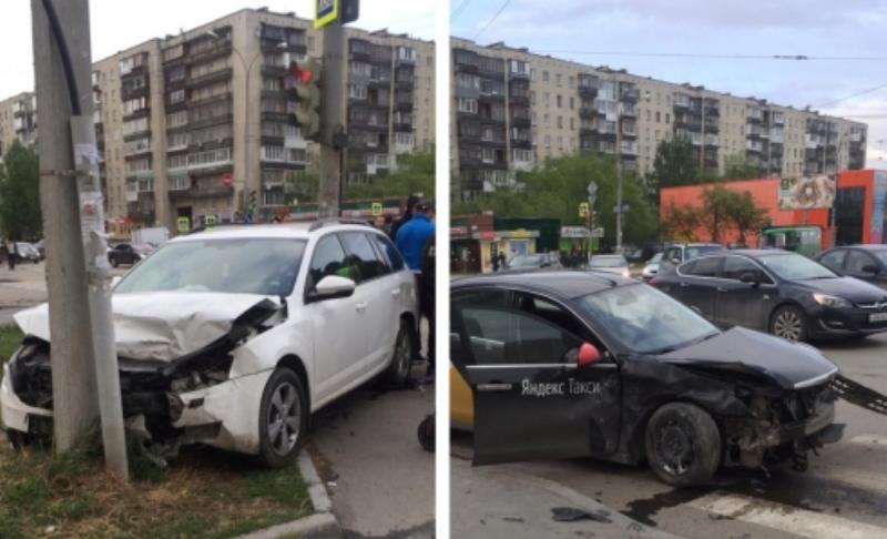 В Екатеринбурге легковушка на полной скорости влетела в такси