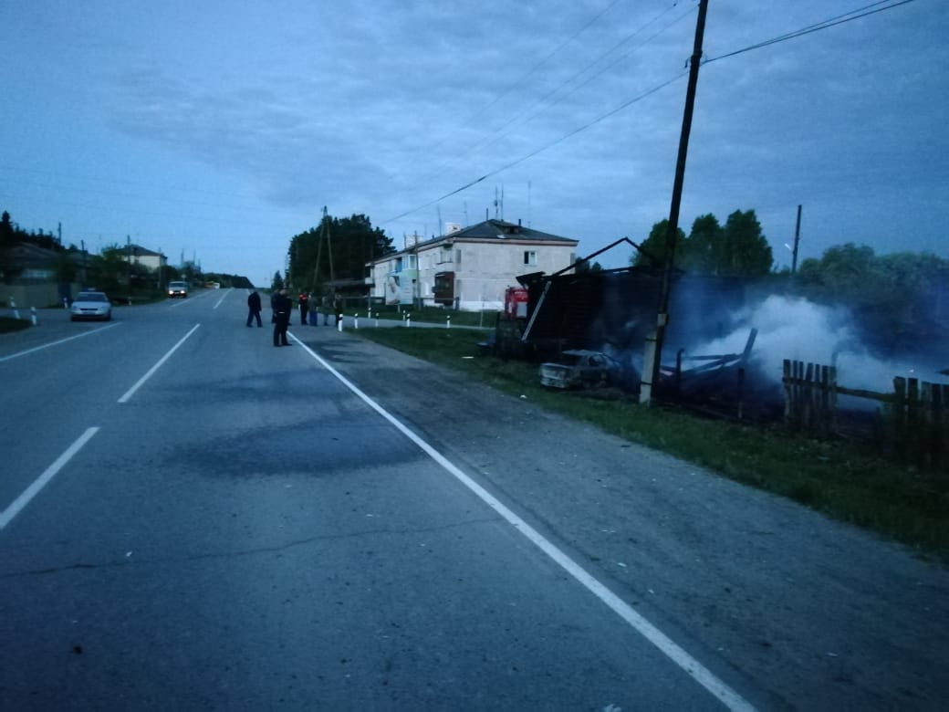 В селе Бутка женщина-водитель устроила ДТП, врезавшись в хозяйственные постройки жилого дома