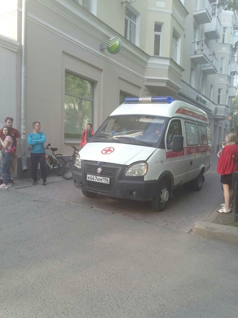 В Екатеринбурге на улице Ленина горит здание
