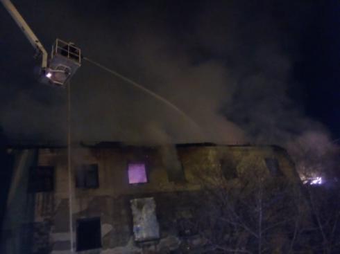 В центре Екатеринбурга из-за пожара в заброшенном здании перекрыли движение по улице Маршала Жукова