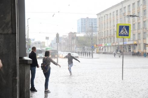 В Екатеринбурге прошла первая гроза с ливнем и градом (ФОТО)