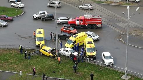 Вчера в Екатеринбурге произошла страшная авария с участием трёх машин