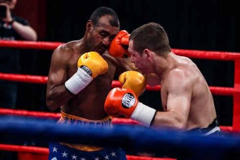 Уральский боксёр Евгений Чупраков отправил в нокаут семикратного чемпиона мира