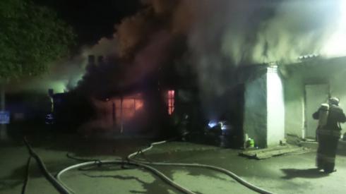 Две иномарки сегодня ночью сгорели в административно-складском здании в Екатеринбурге