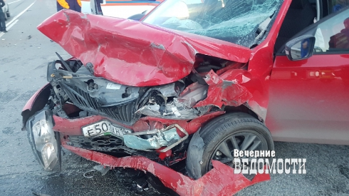 Оба автомобиля всмятку: в Екатеринбурге произошло ДТП