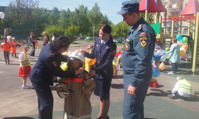 Праздники безопасности устроили для свердловской детворы сотрудники МЧС в первый день лета