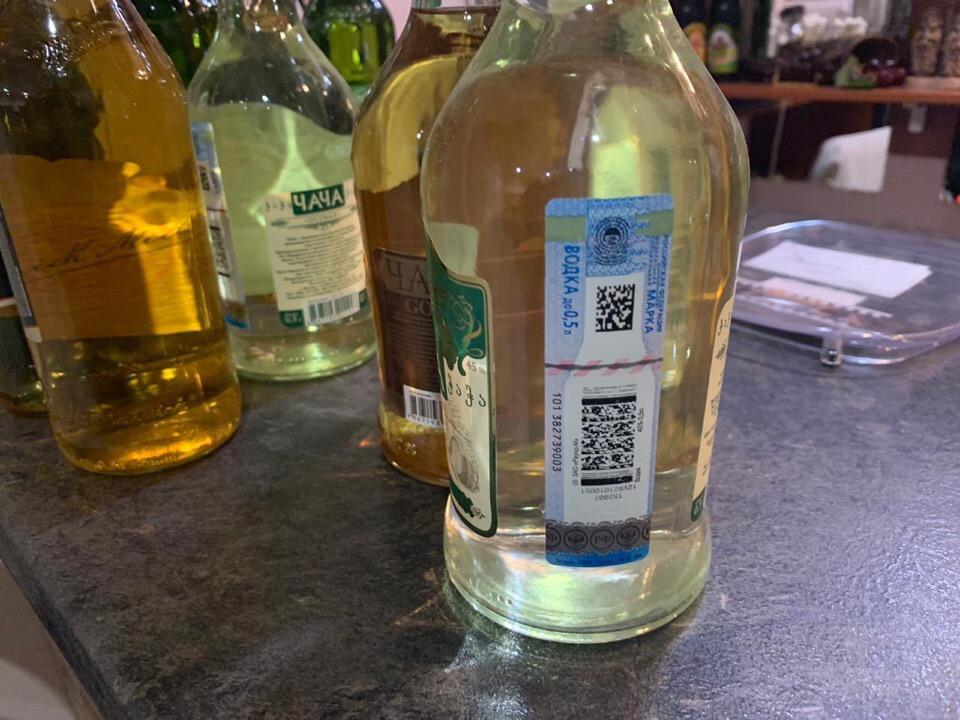 В Екатеринбурге сотрудники полиции изъяли чачу и вино из грузинского кафе (ФОТО)