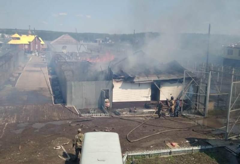 На место вылетел вертолёт Ми-8: в Свердловской области загорелась исправительная колония