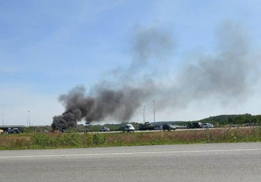 В Екатеринбурге сегодня утром на трассе сгорела легковушка
