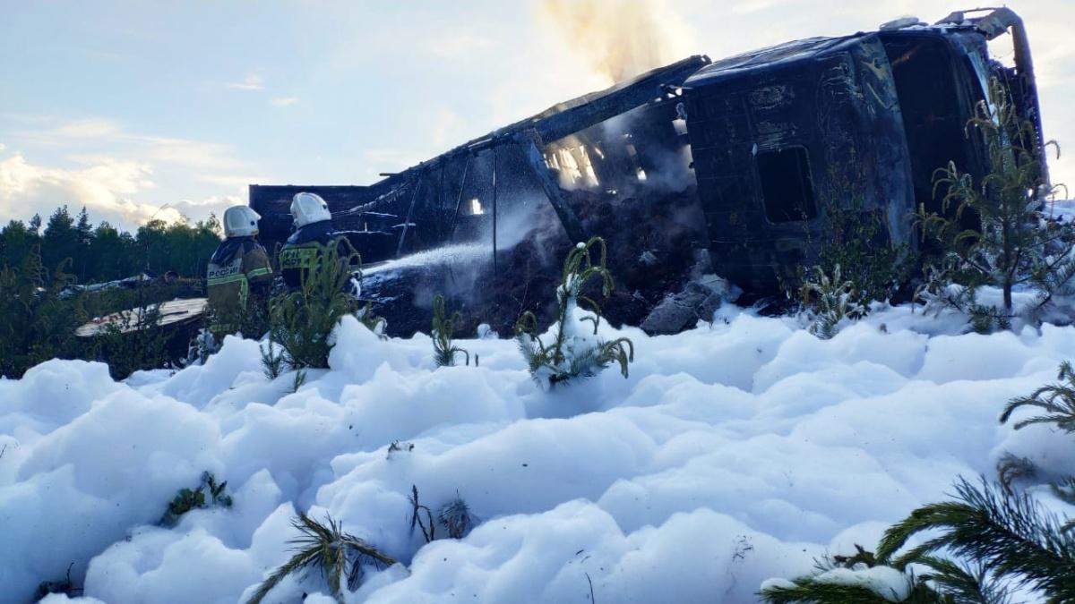 Цементовоз всмятку, а фура сгорела: в Екатеринбурге произошло страшное ДТП