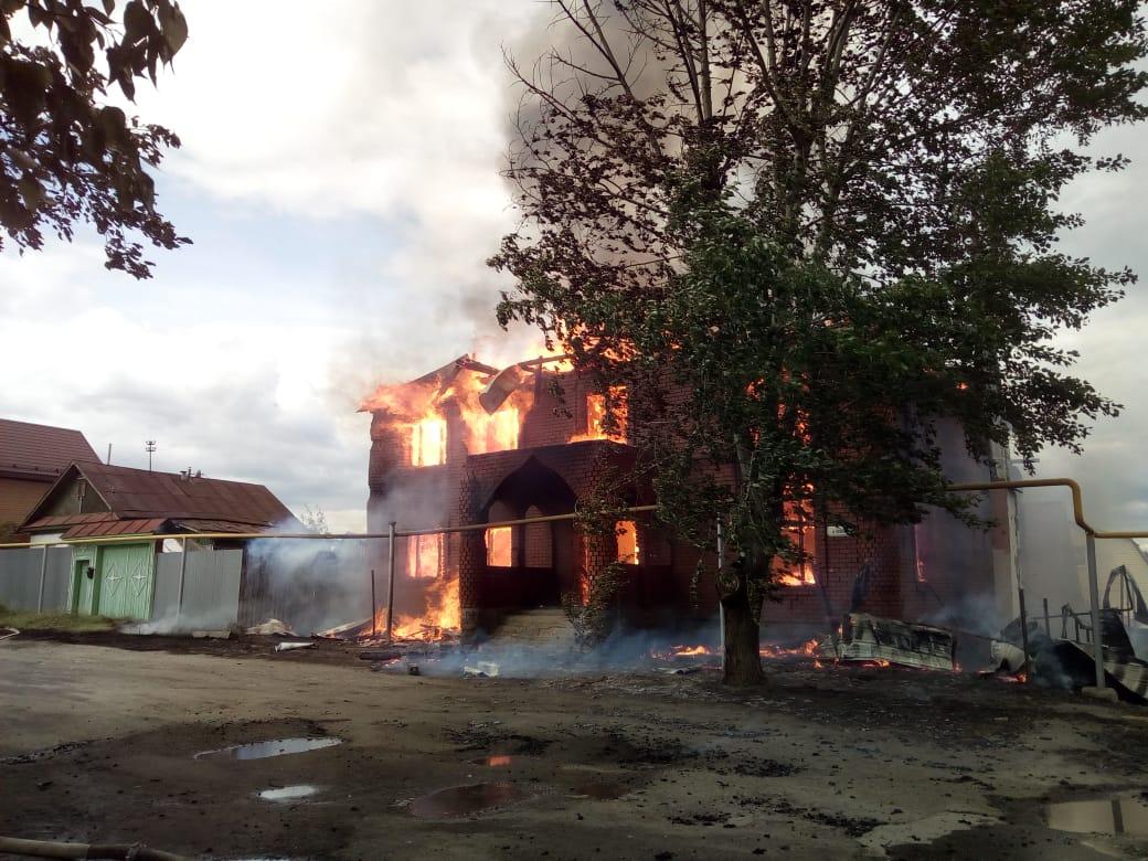 В Екатеринбурге сгорел «дворец» в Цыганском поселке