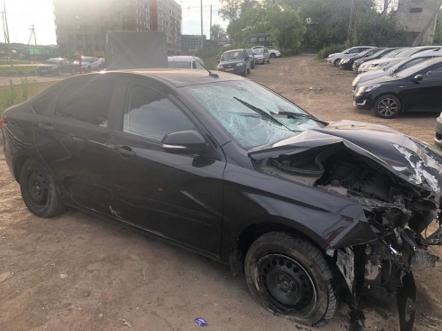 В Екатеринбурге неизвестный на полной скорости влетел в остановку и скрылся с места ДТП