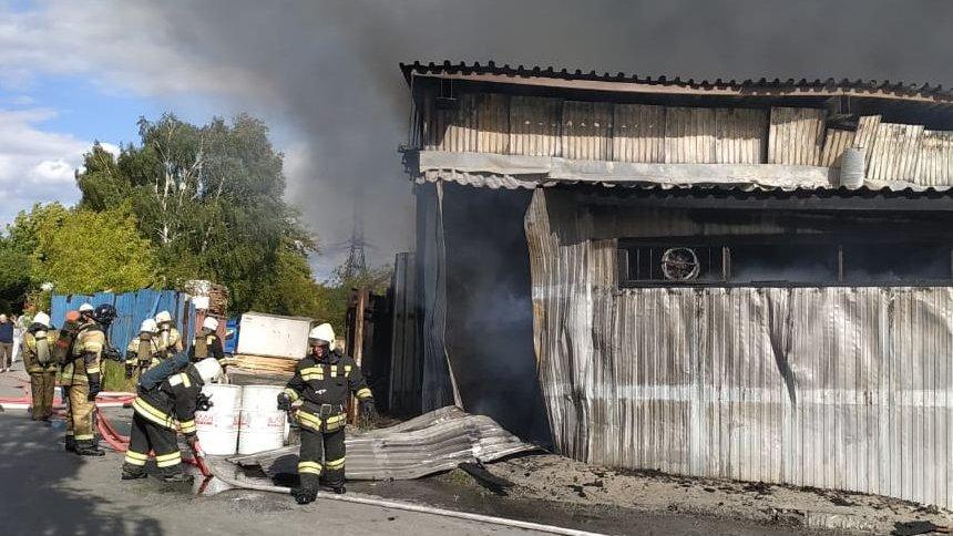 В Екатеринбурге горят склады на Сортировке