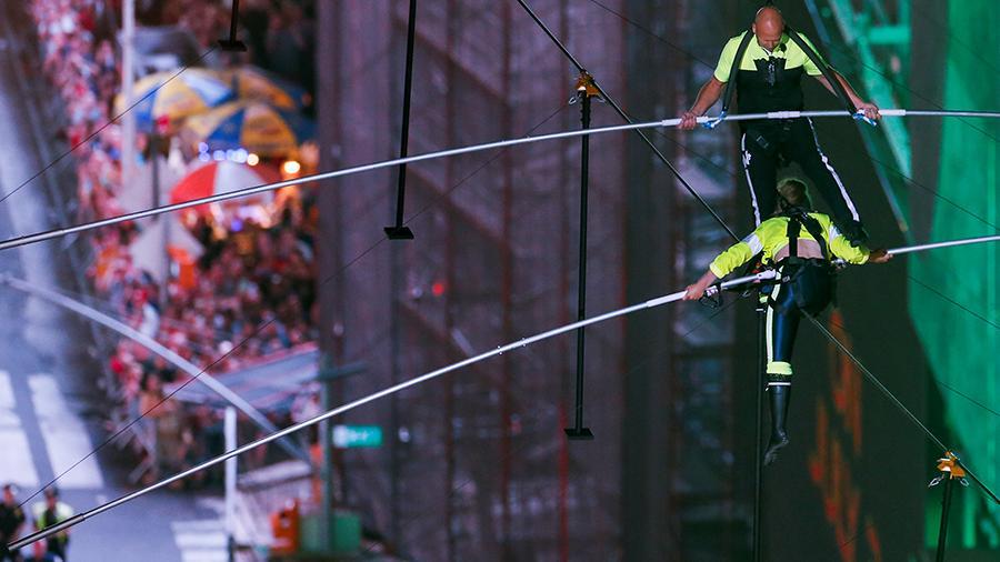 Брат с сестрой прошли по канату между небоскребами над площадью Таймс-сквер в Нью-Йорке