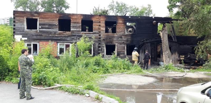 В Екатеринбурге в сгоревшем прошедшей ночью доме обнаружены тела трёх человек