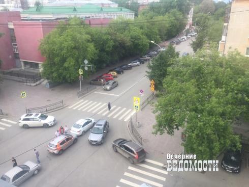В центре Екатеринбурга произошло ДТП с участием трех автомобилей (ФОТО)