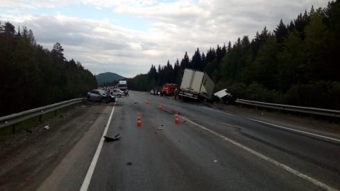 Водитель погиб на месте: под Ревдой легковушка столкнулась с фурой