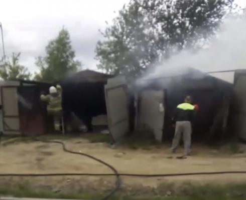 На Сортировке в Екатеринбурге сгорели три гаража