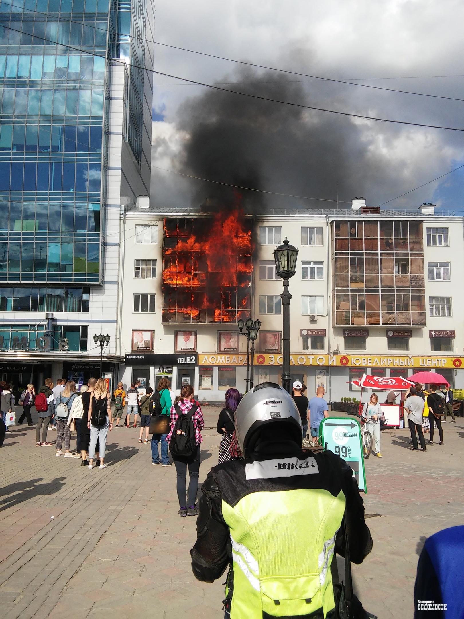 В Екатеринбурге полыхает здание на Вайнера