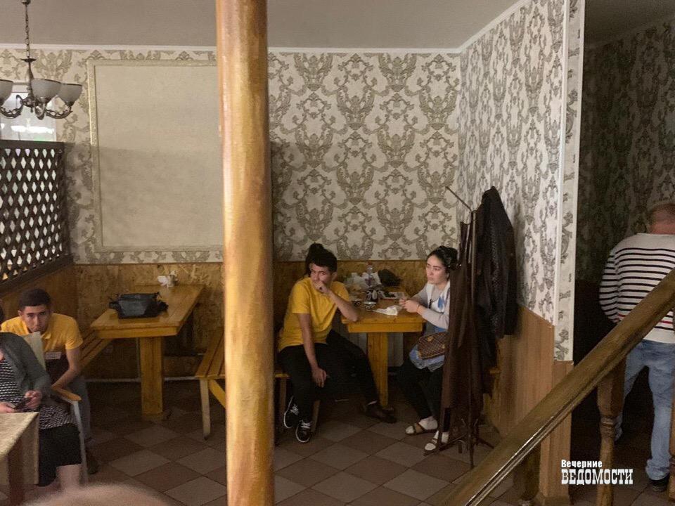 Нелегалы и антисанитария: оперативники екатеринбургского ОЭБиПК провели проверку в кафе в парке им. Маяковского