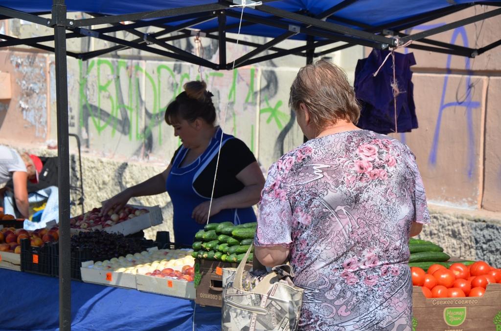 В Екатеринбурге полицейские не реагируют на незаконную уличную торговлю на Эльмаше