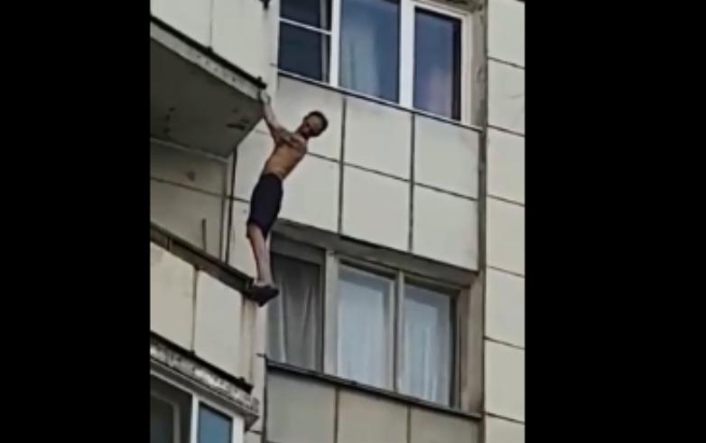 Признаки жизни подаёт: в Екатеринбурге с седьмого этажа упал мужчина