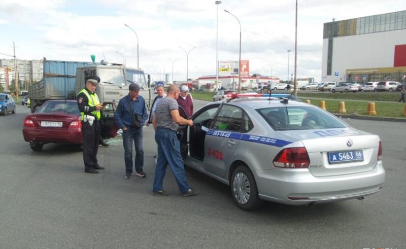 Около Таганского ряда в Екатеринбурге автомобиль Daewoo Nexia влетел под КамАЗ