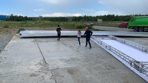 Огромный металлический стенд едва не раздавил автобус на «Иннопроме» (ФОТО)